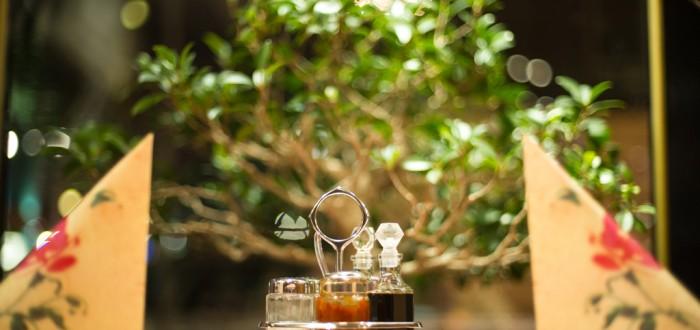 Eingedeckter-Tisch-probieren-Sie-unsere-scharfe-Sauce